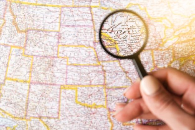 虫眼鏡でウィスコンシン州の焦点