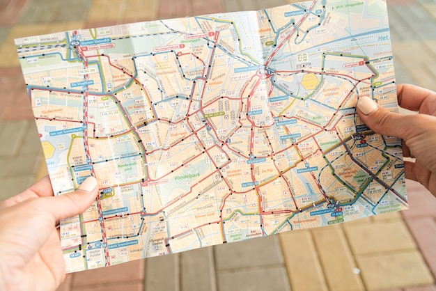 路上で地図を持って観光客