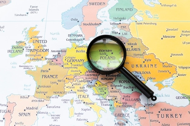 虫眼鏡の地図にポーランドを示す