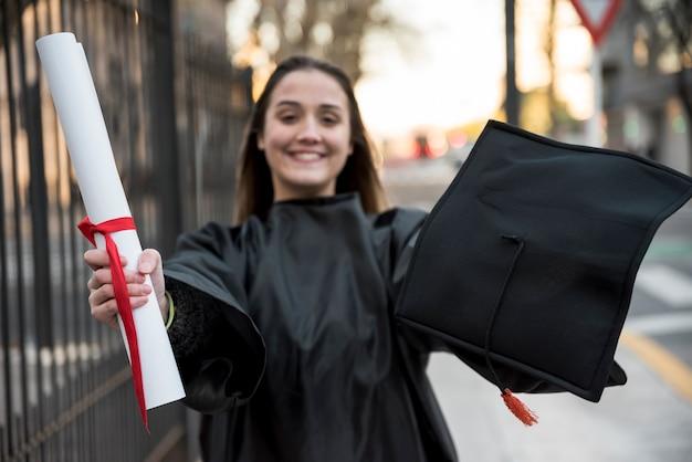 正面の若い女性が卒業