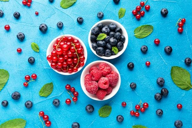果実と葉のボウルのフラットレイ