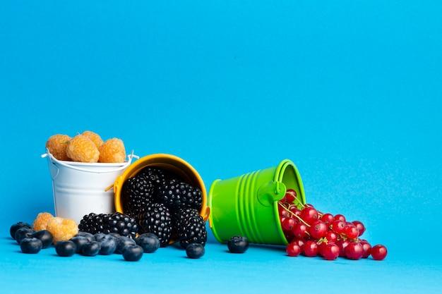 果実と小さなバケツのクローズアップ