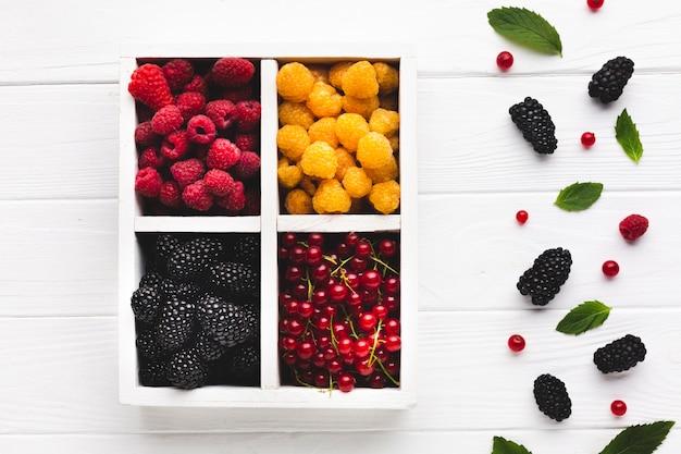 Плоская коробка со свежими ягодами