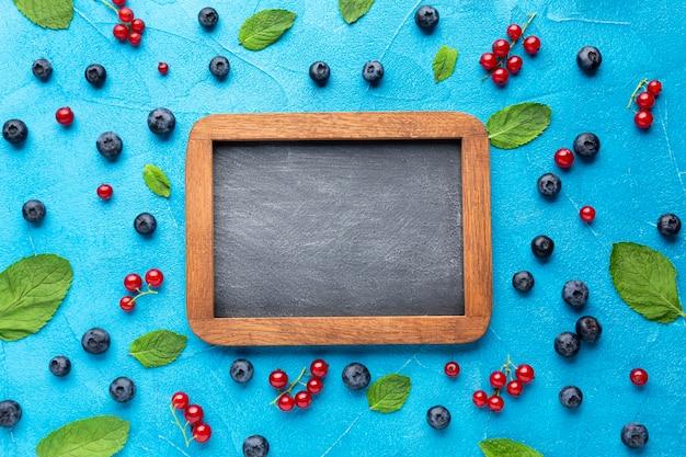 新鮮な果実とフラットレイ黒板