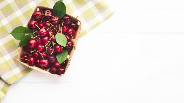 テーブルクロスの上の果実のフラットレイボックス