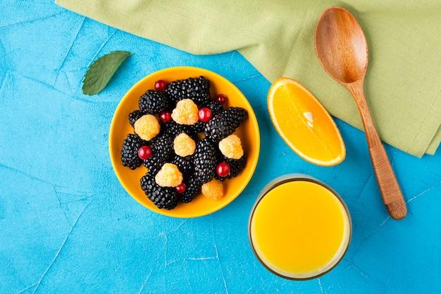 Плоская миска свежих ягод и фруктов с соком