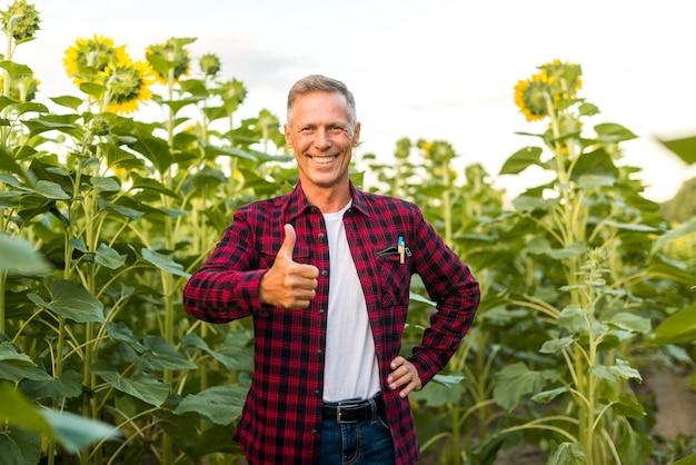 Мужчина среднего возраста показывает большой палец вверх