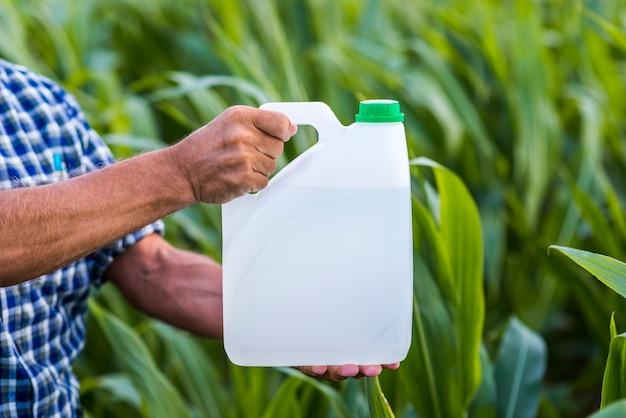 殺虫剤は緑色の背景ですることができます。