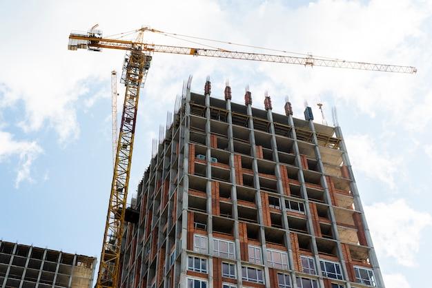 建設中の高層ビルの低角度のビュー
