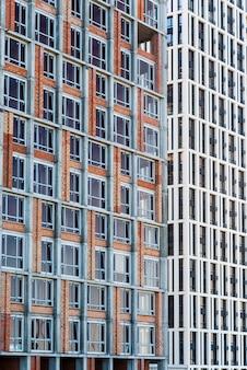 Крупный план высотного здания под строительство