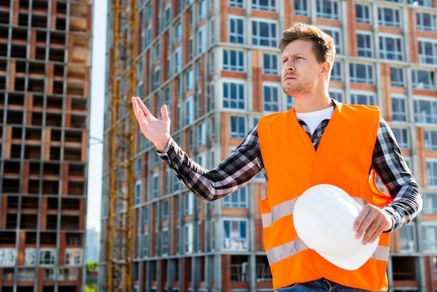 怒っている建設労働者のミディアムショット