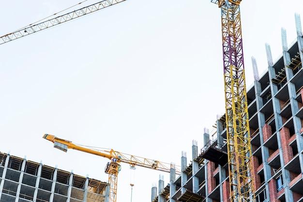 建設中の建物のクローズアップの低角度のビュー