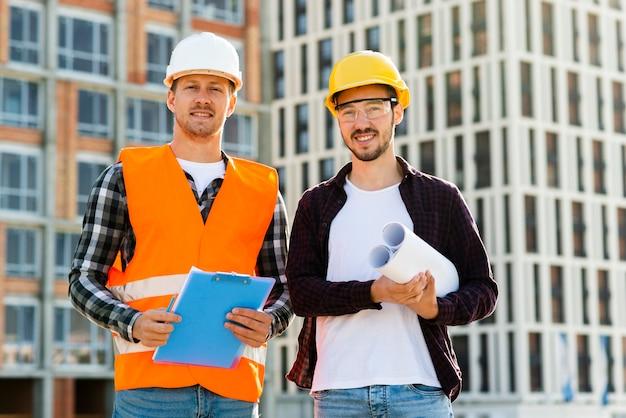 Средний снимок инженера и архитектора, смотрящего на камеру