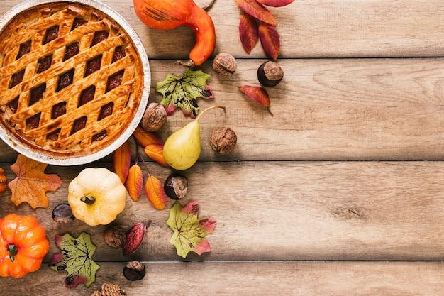 木製のテーブルの上から見た秋のアレンジメント