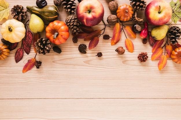 トップビュー秋の食べ物、木製の背景