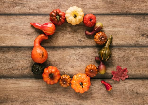 フラット横たわっていた秋の食べ物、木製のテーブル