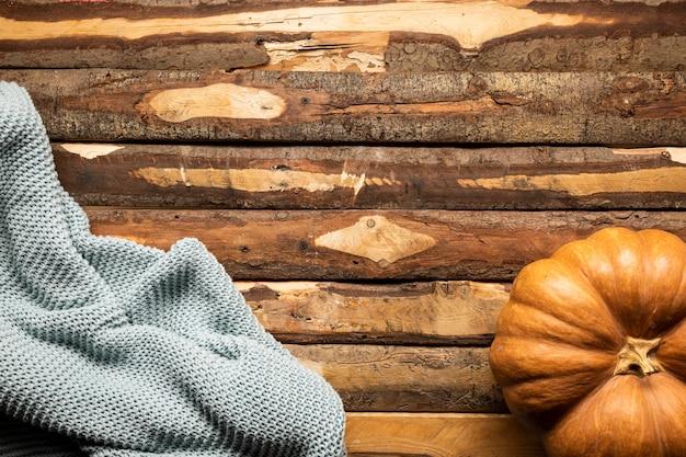 木製の背景上の毛布でトップビューカボチャ