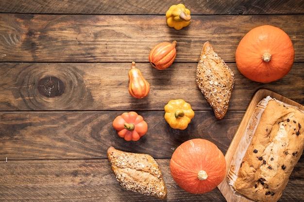 木製の背景にフラットレイアウト食品フレーム