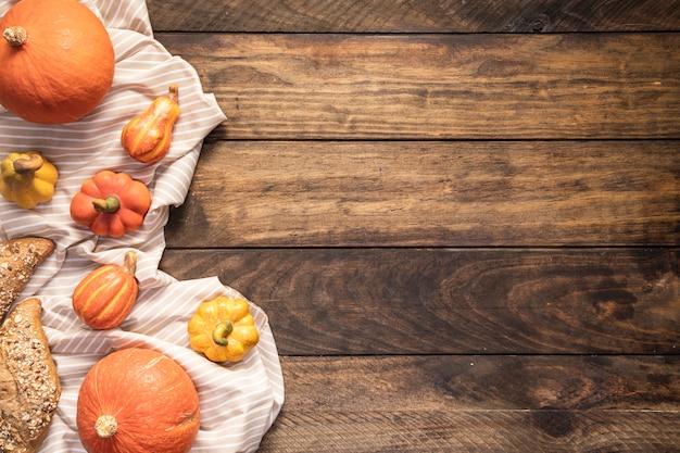 Плоская пищевая рамка на полосатом листе