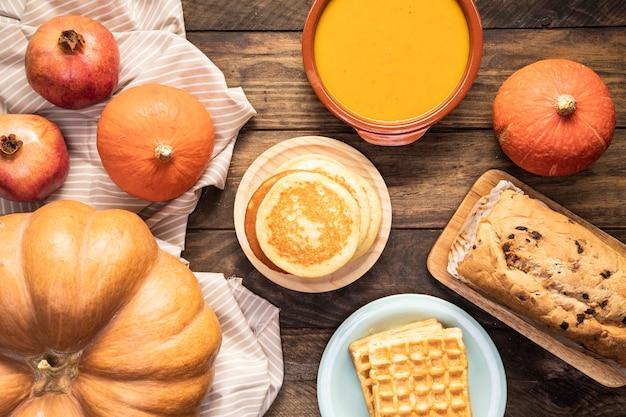 縞模様のシートと木製の背景に秋の料理
