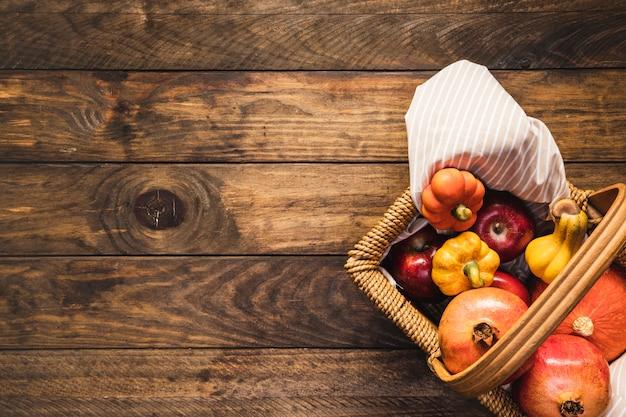 秋の食べ物とフラットレイアウトピクニックバスケット