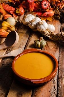 スープとハイアングルの食品盛り合わせ