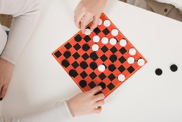 Вид сверху игры в шашки