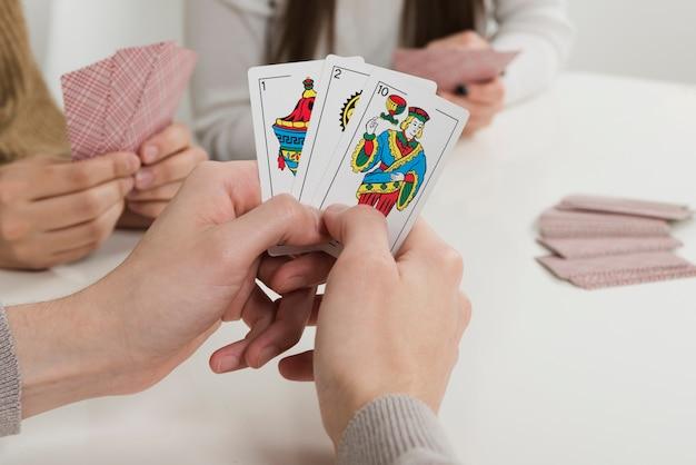 Игра в карты крупным планом