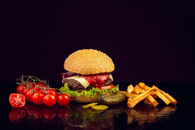 フライドポテトと正面ハンバーガー