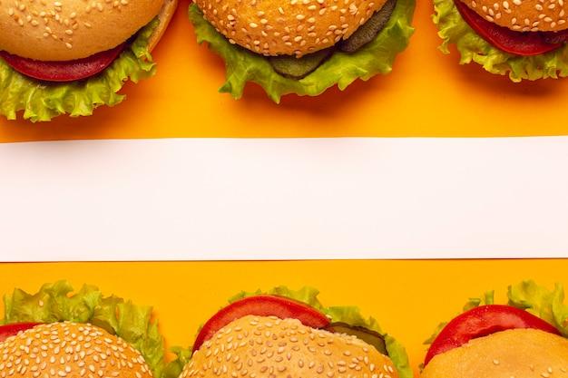 白い縞模様のトップビューハンバーガー