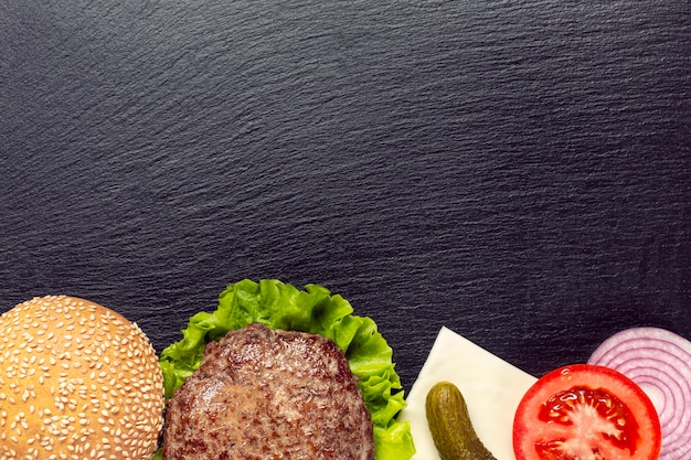 Плоские лежал бургер ингредиенты с копией пространства