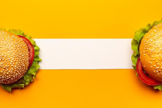 Вид сверху гамбургеры с белой полосой