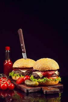 まな板の上の正面ハンバーガー
