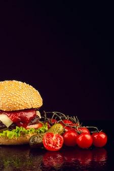 黒の背景を持つ正面ハンバーガー