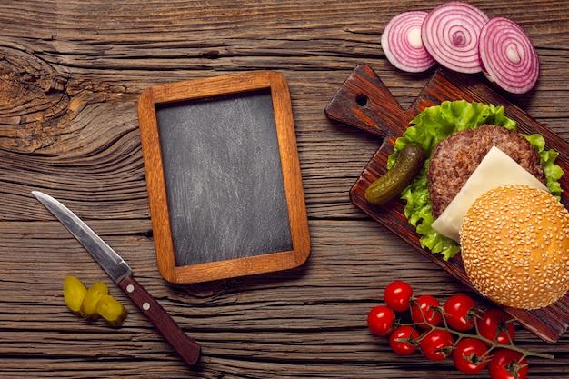 黒板とトップビューハンバーガー