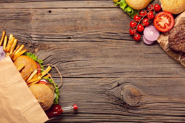 Вид сверху гамбургеры с картофелем фри в сумке
