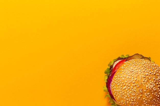 オレンジ色の背景上の平面図ハンバーガー
