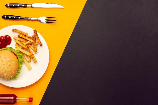 Вид сверху бургер с картофелем фри с копией пространства