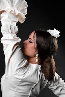 Крупным планом танцовщицы фламенки вид сзади