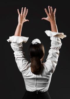 Вид сзади танцор фламенки с поднятыми руками