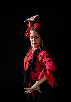 伝統的なダンスを実行するミディアムショットの女性