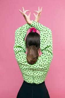 手を上げる背面図フラメンカ