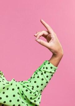 Рука женщины крупного плана выполняя фламенко