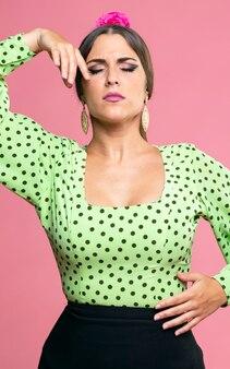 目を閉じてフラメンコを踊るミディアムショットの女性