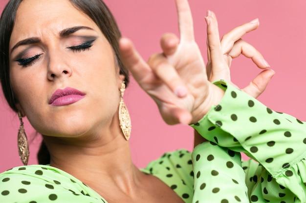 フロレオを実行するクローズアップの情熱的な女性
