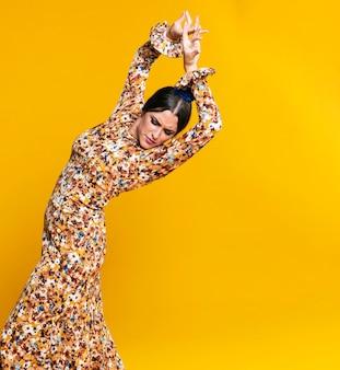 Танцор фламенки позирует с поднятыми руками