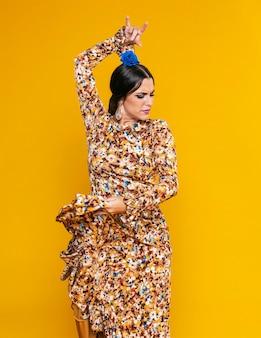 Привлекательная танцовщица фламенко позирует