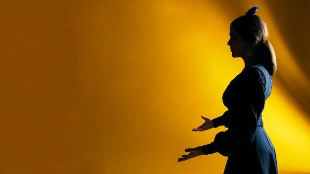 Красивая женщина, держась за руки с копией пространства