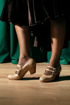 Крупным планом подходящие ноги в стильных каблуках