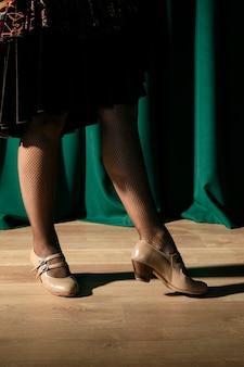 Элегантная женщина, указывая каблуками
